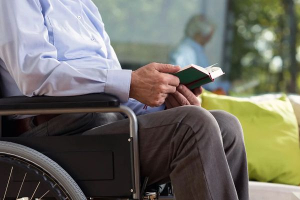 Пожилой мужчина инвалид